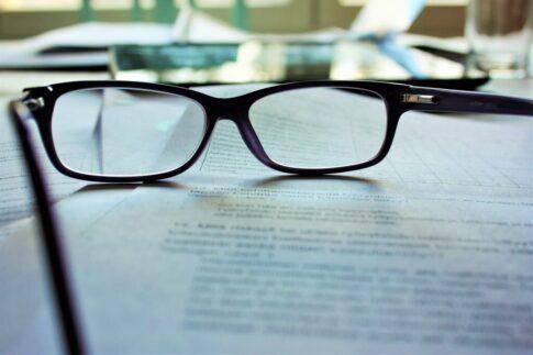眼鏡と書類
